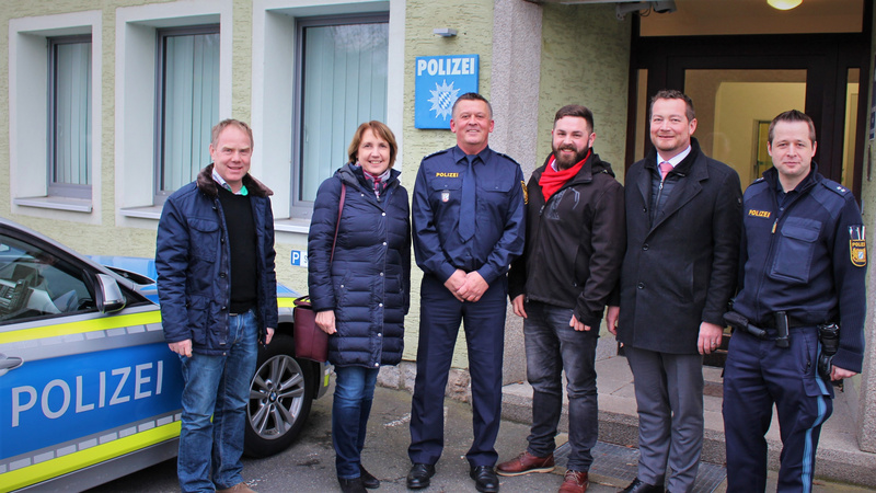 Die Abordnung der Neustädter SPD zusammen mit MdB Uli Grötsch vor der Neustädter Polizei.